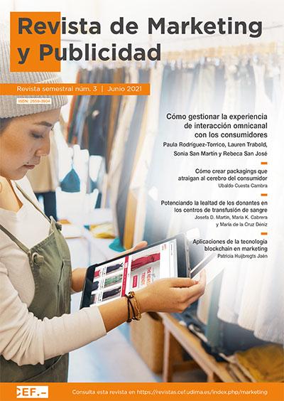 Mujer comprando ropa en una tienda a la vez que está comparando los productos en internet